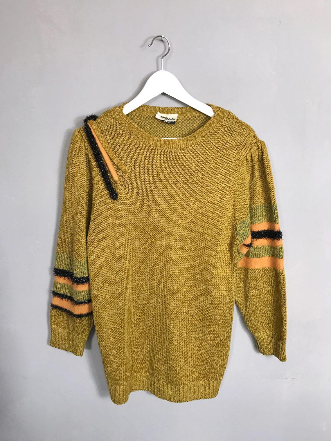 senfgelber Vintage Strickpullover von LINE TIZIA mit gerafften Schultern und Verzierungen